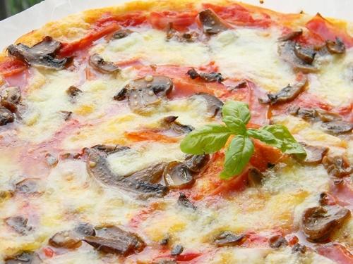 pizza cu prosciutto si cupierci