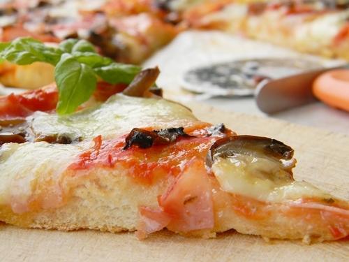 pizza cu prosciutto si ciuperci