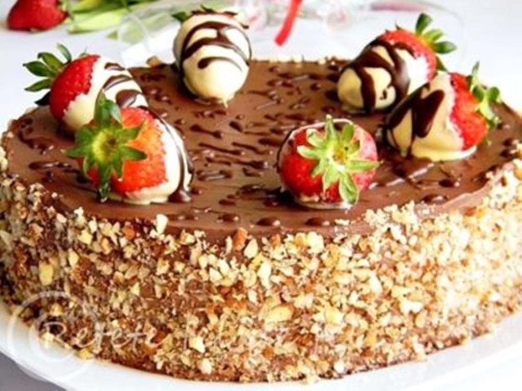 Tort cu mousse de capsuni si ciocolata