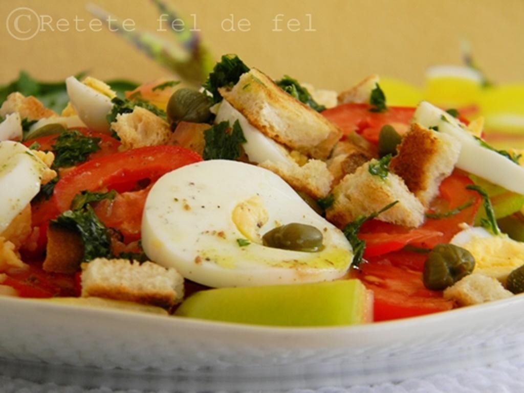 Salata de rosii cu oua si sos de patrunjel