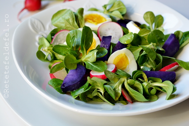 salata de valeriana cu oua si cartofi mov