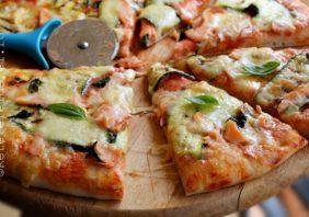 pizza cu dovlecei si somon afumat