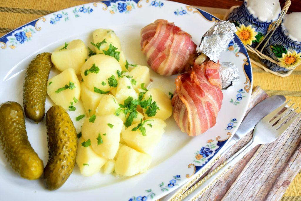 Pulpe de pui învelite în bacon cu cartofi natur
