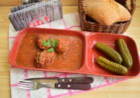 Chiftele din carne cu legume în sos picant