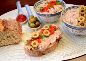 Pastă de ton cu țelină și ceapă roșie.