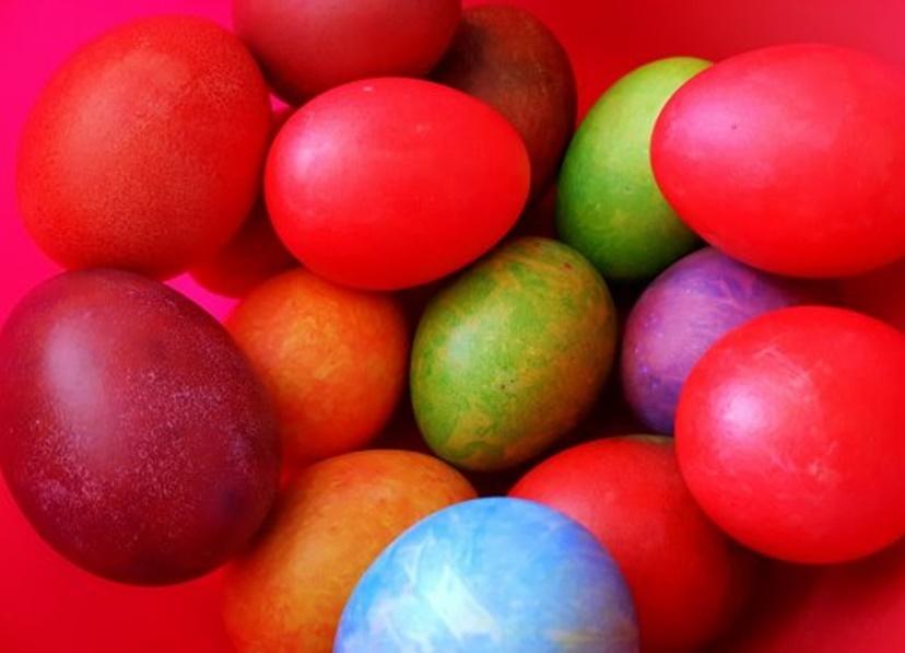 Foarte multe tehnici de vopsit ouăle pentru Paști, una mai simplă decât alta, iar de data aceasta ne-am oprint la varianta de Ouă vopsite cu tehnica hârtiei creponate.