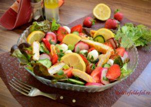 Salată de legume cu pui și căpșuni