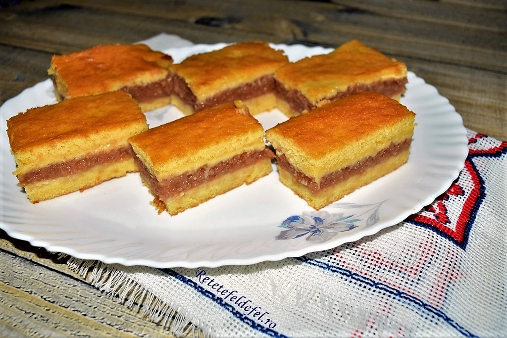 Prăjitura turnată cu mere acrișoare