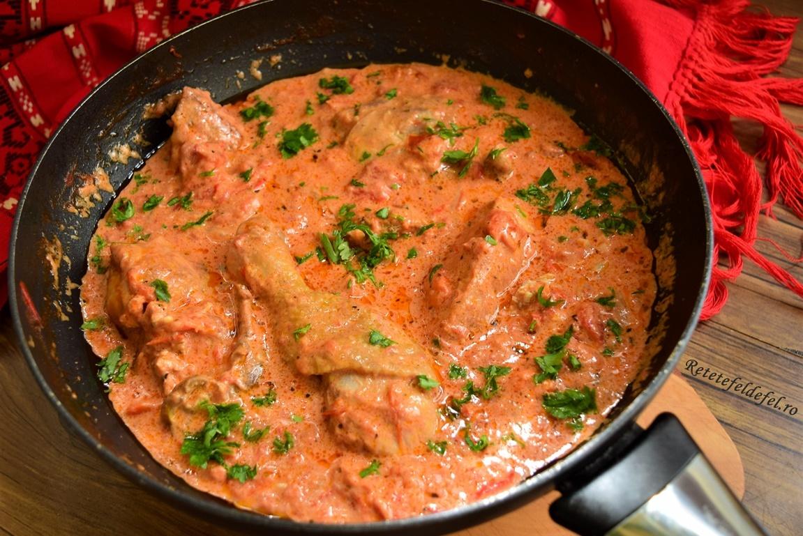 Pui în sos de roșii cu smântână
