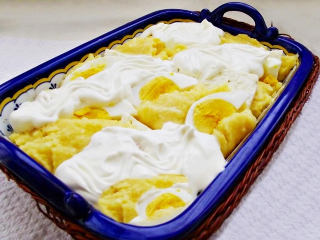 Mămăligă cu brânză în straturi