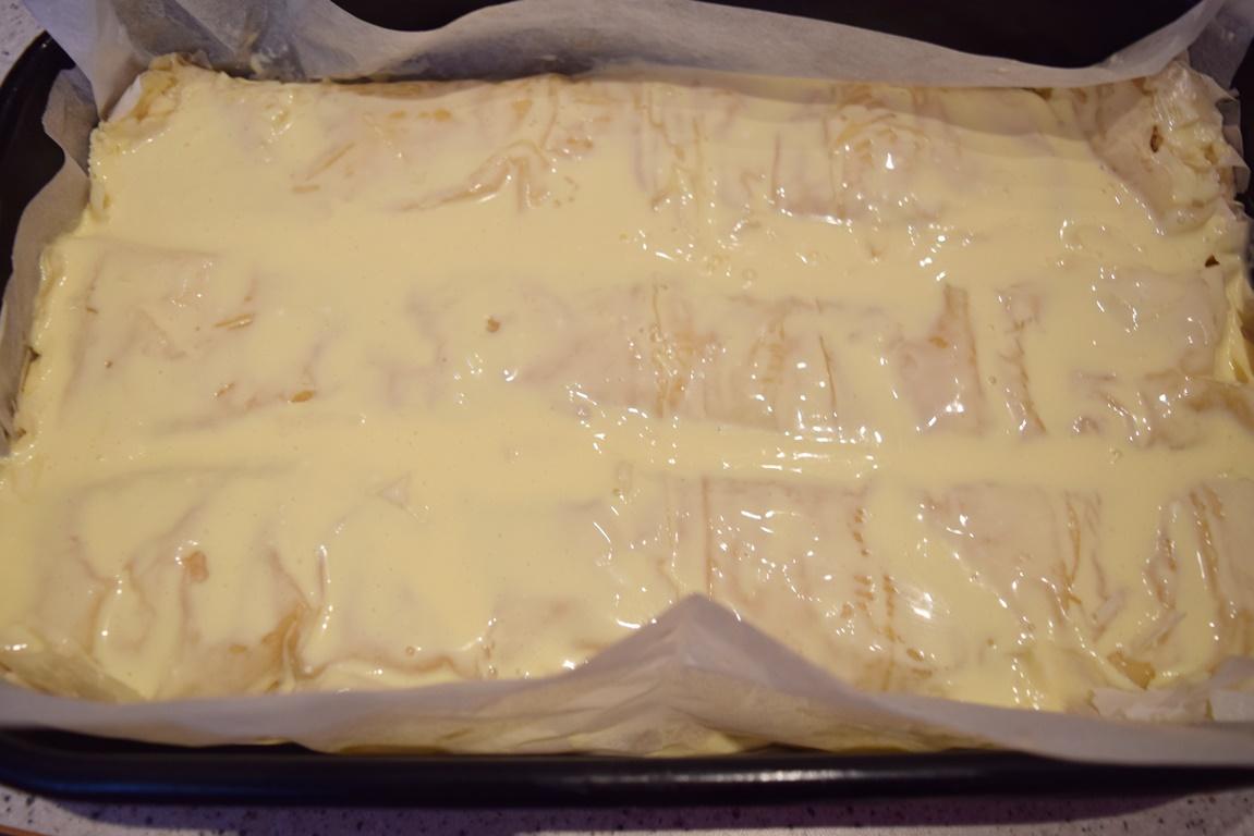 Plăcintă dobrogeană cu brânză sărată și smântână