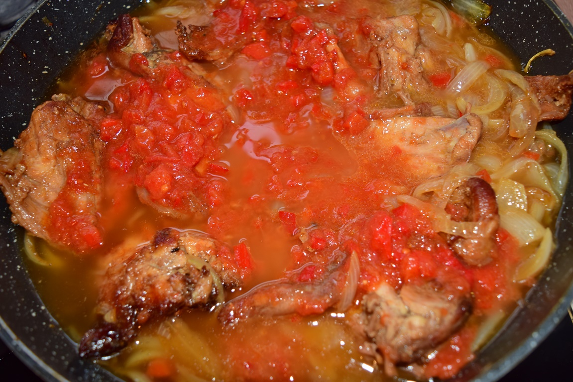 Carne de iepure cu ceapă și sos de roșii cu ardei