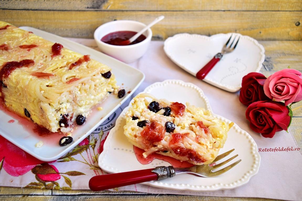 Secțiune de macaroane cu brânză și merișoare cu dulceață de trandafiri
