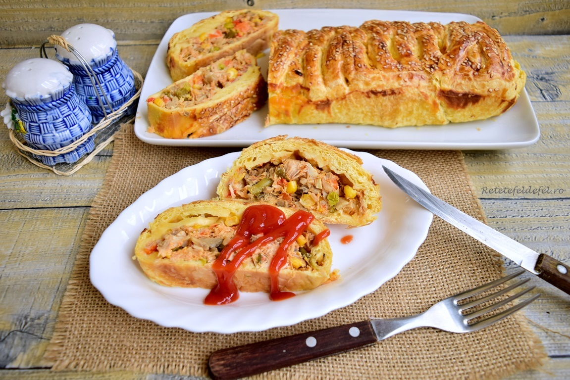Plăcintă împletită cu pui și legume, servită cu ketchup