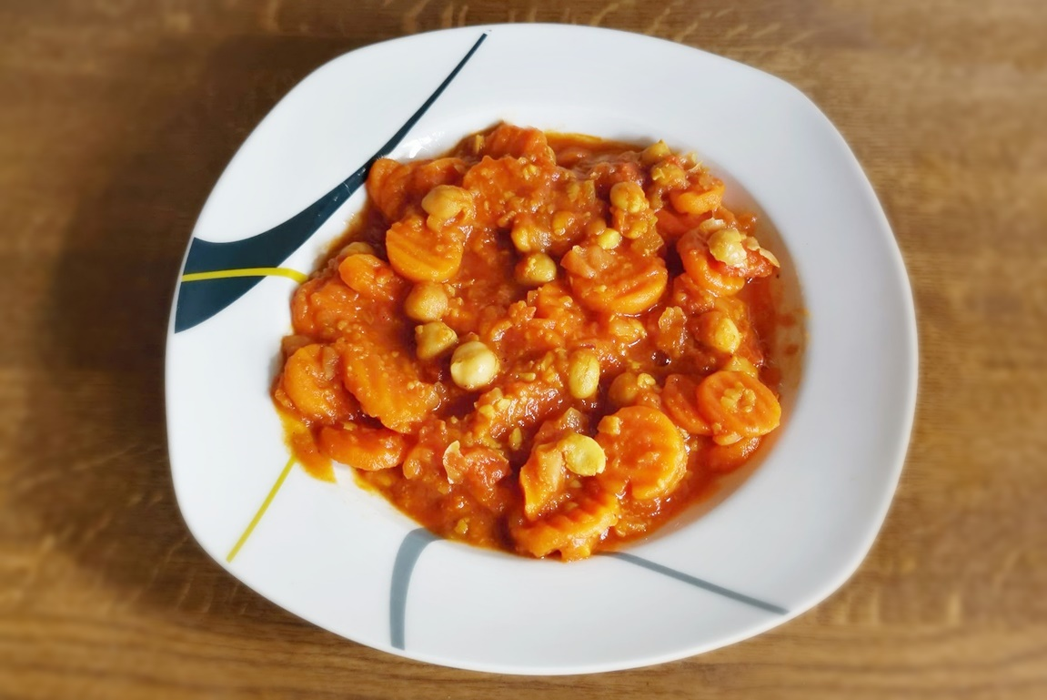 Curry de năut cu morcovi și ceapă roșie