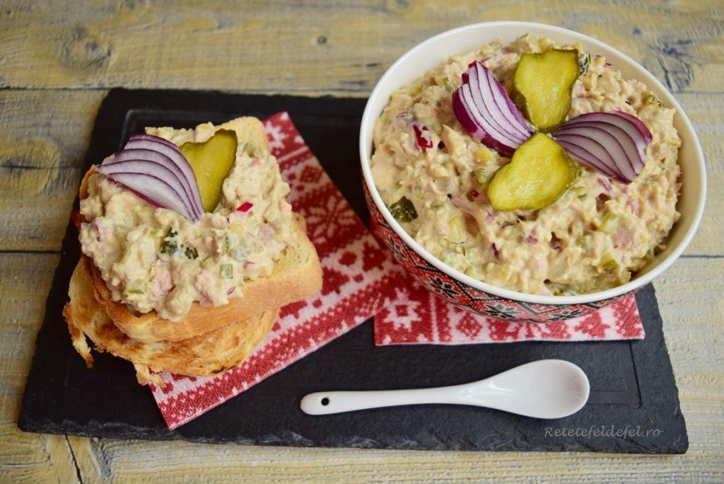 Salată de ciuperci cu ton și castraveciori acri