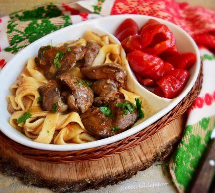 Tagliatelle cu ficat în sos picant servite cu gogoșari murați
