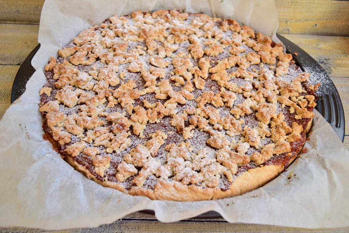 Tartă cu mere și crumble pudrată cu zahăr