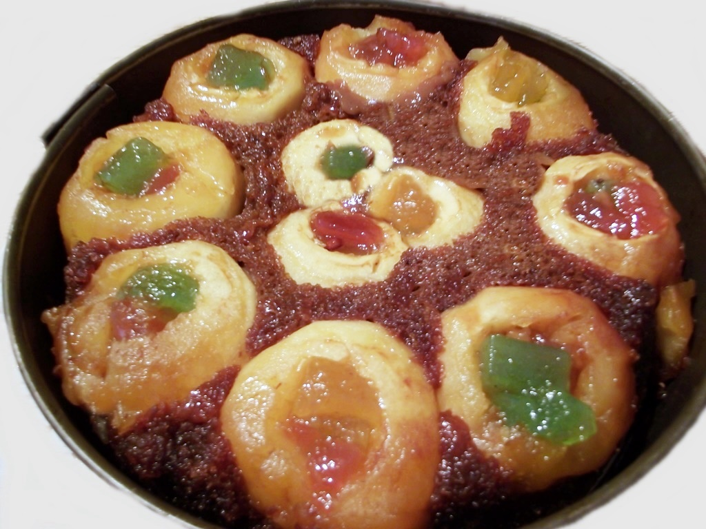 Tort de mere umplute cu rahat și zahăr caramelizat, este desertul de post