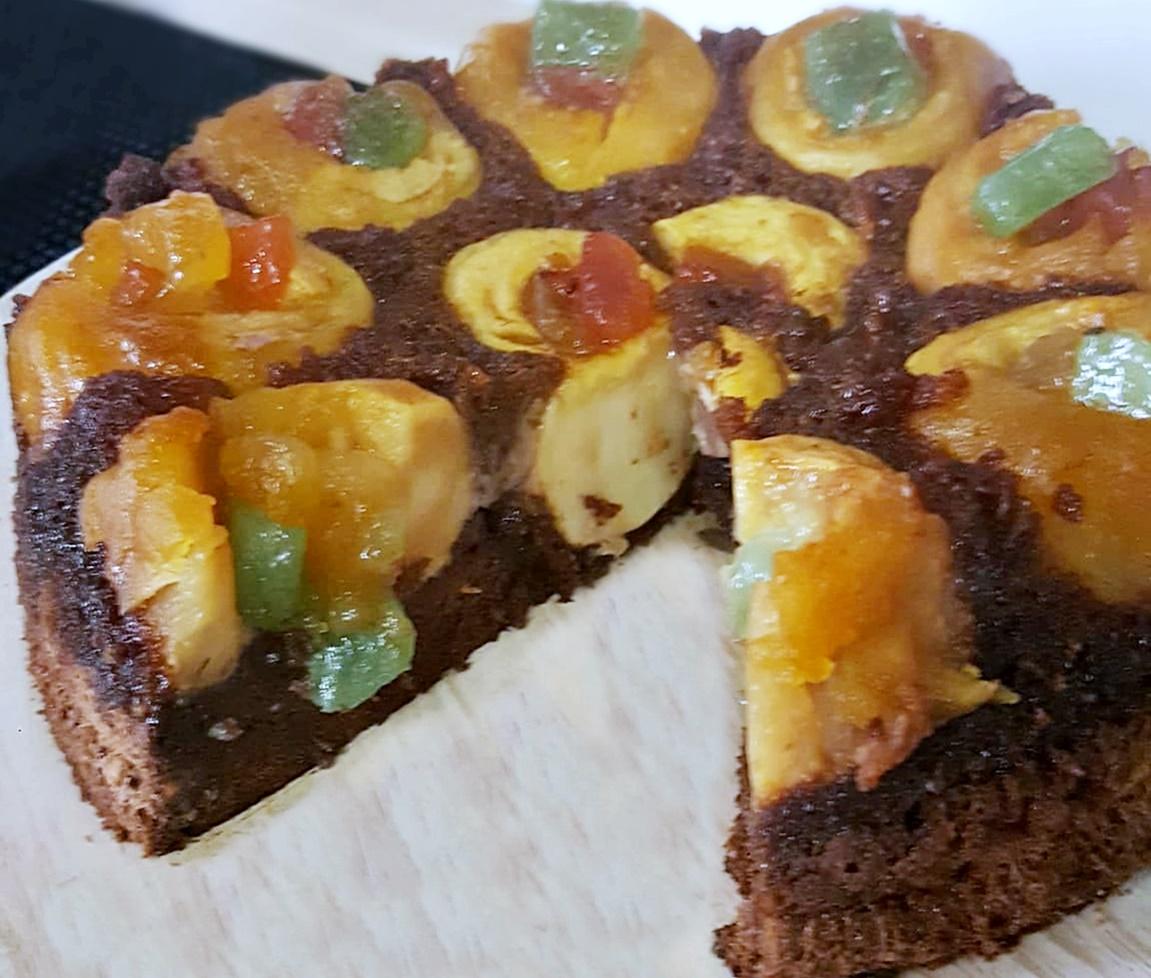 Tort de mere umplute cu rahat și zahăr caramelizat, este un desert de post