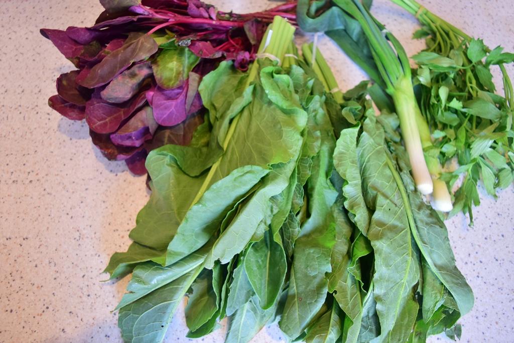 Ingrediente pentru ciorbă de ștevie cu lobodă roșie și leuștean verde