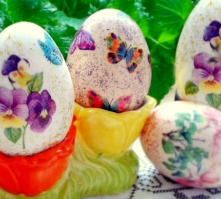 Ouă decorate cu tehnica șervețelelor, așezate în suport de ouă
