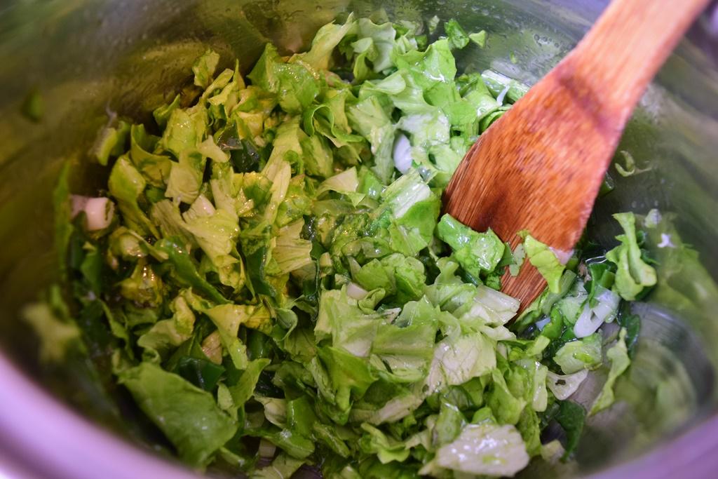 Salată verde cu ceapă verde în ulei