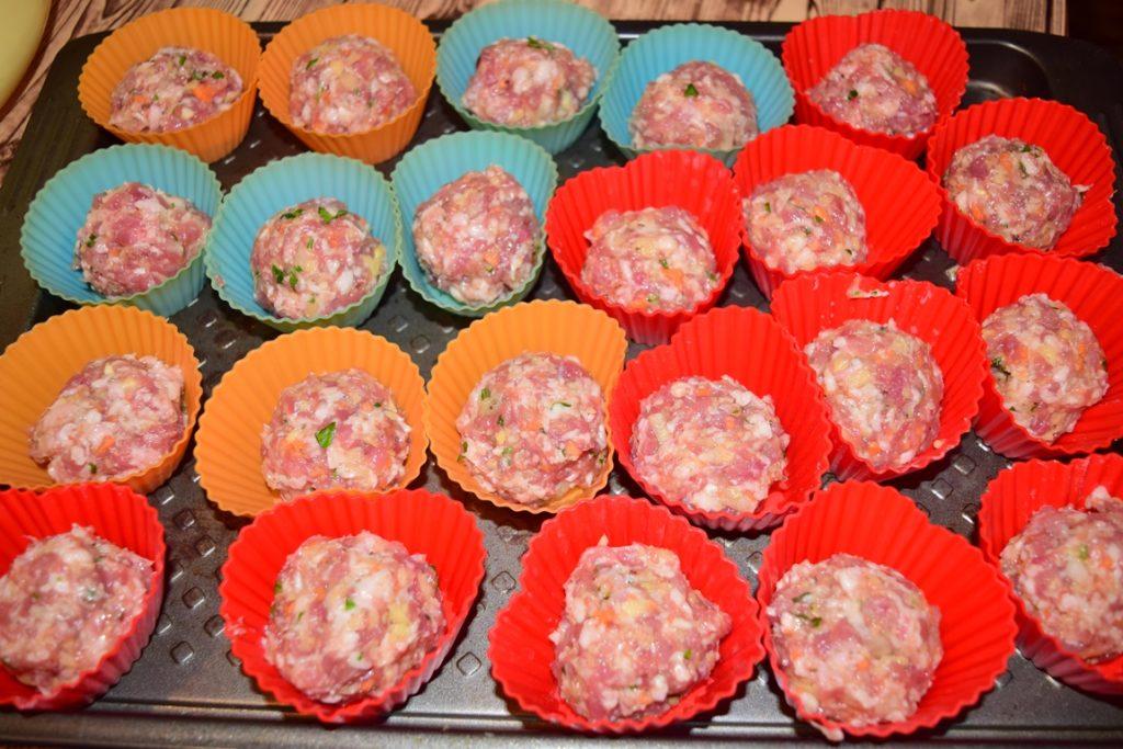 Chiftele din carne cu legume în forme de brioșe, înainte de coacere