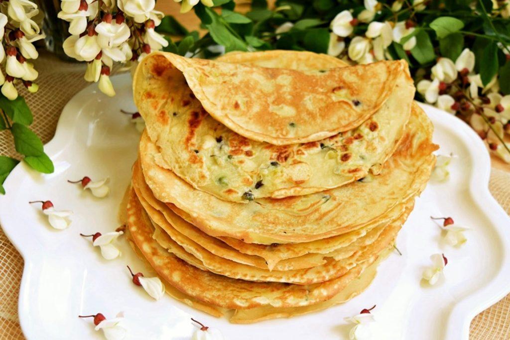 Clătite cu flori de salcâm gata de consumat