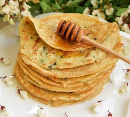 Clătite cu flori de salcâm și dispozitiv de miere