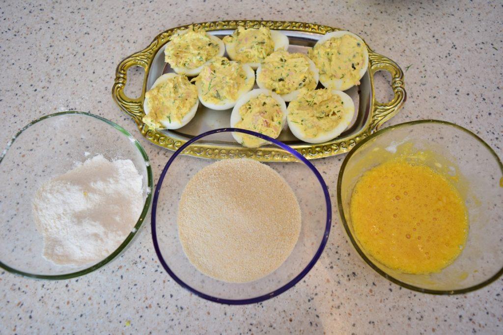 Pregătire ouă umplute cu ton și cremă de brânză pentru a fi preparate pane
