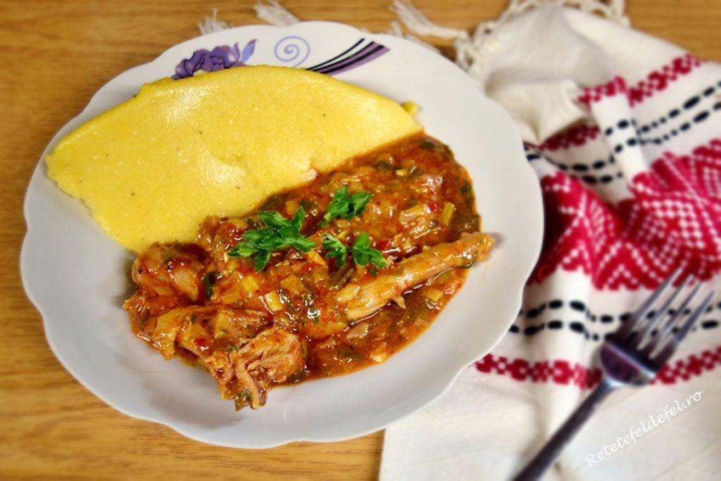Mâncare de iepure cu praz la ceaun și mămăliguță