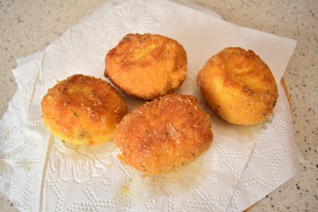 Ouă pane umplute cu ton și cremă de brânză pe un prosop de hârtie
