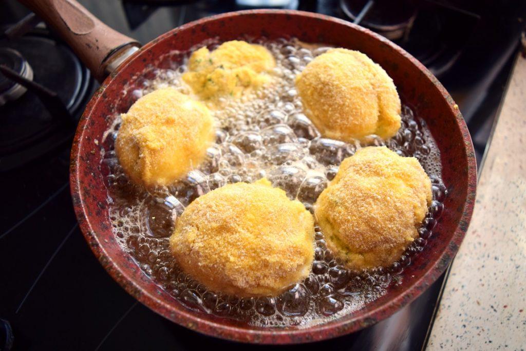 Ouă pane umplute cu ton și cremă de brânză rumenite în baie de ulei