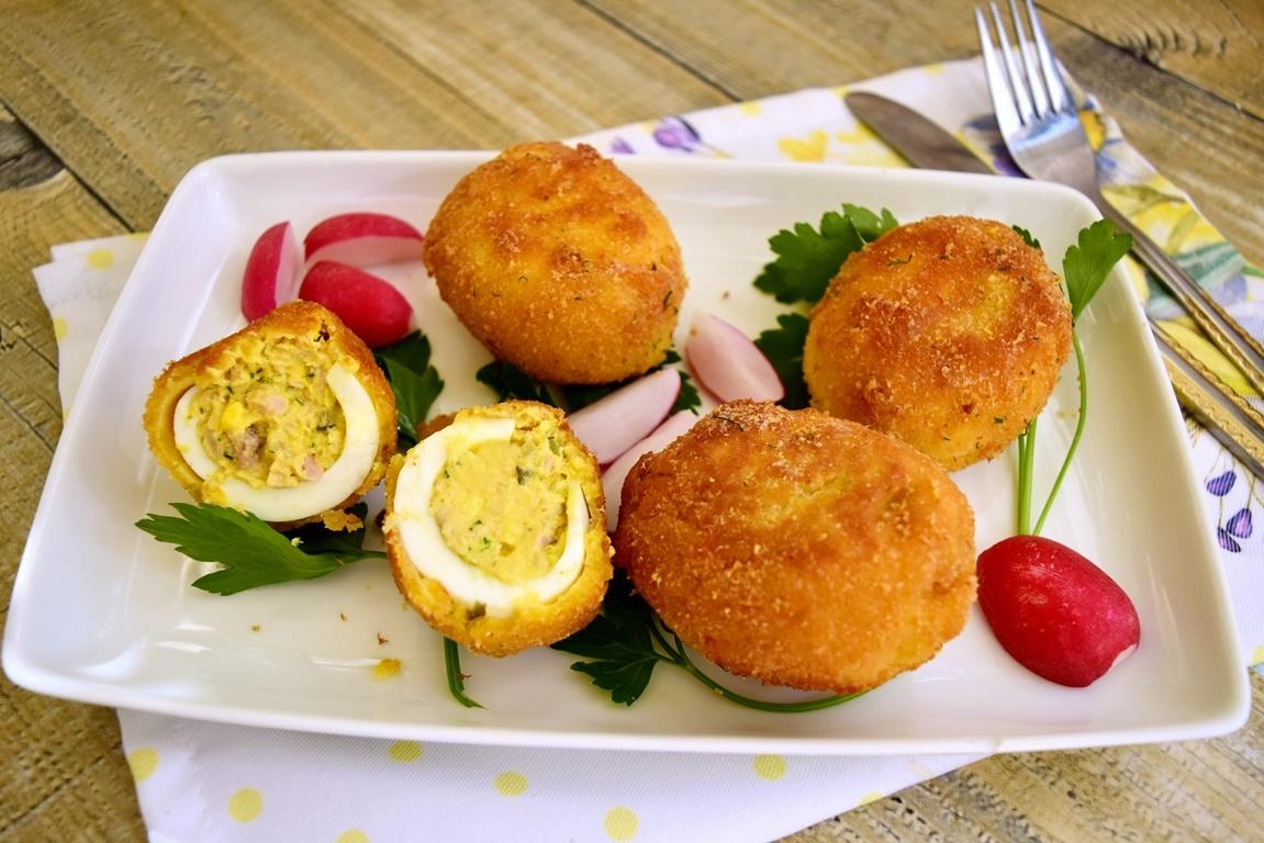 Ouă pane întregi și în secțiune, pe un platou alb