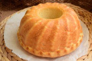 Pâine de casă cu cartofi în aluat, preparată în formă de guguluf