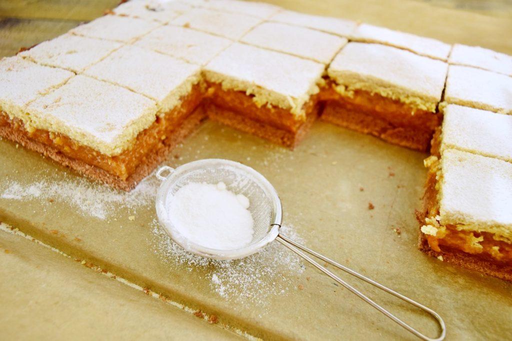 Prăjitura cu mere și aluat bicolor porționată în tavă
