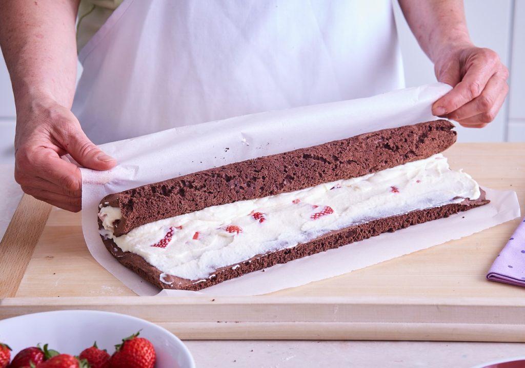 Ruladă cu căpșuni și ciocolată albă