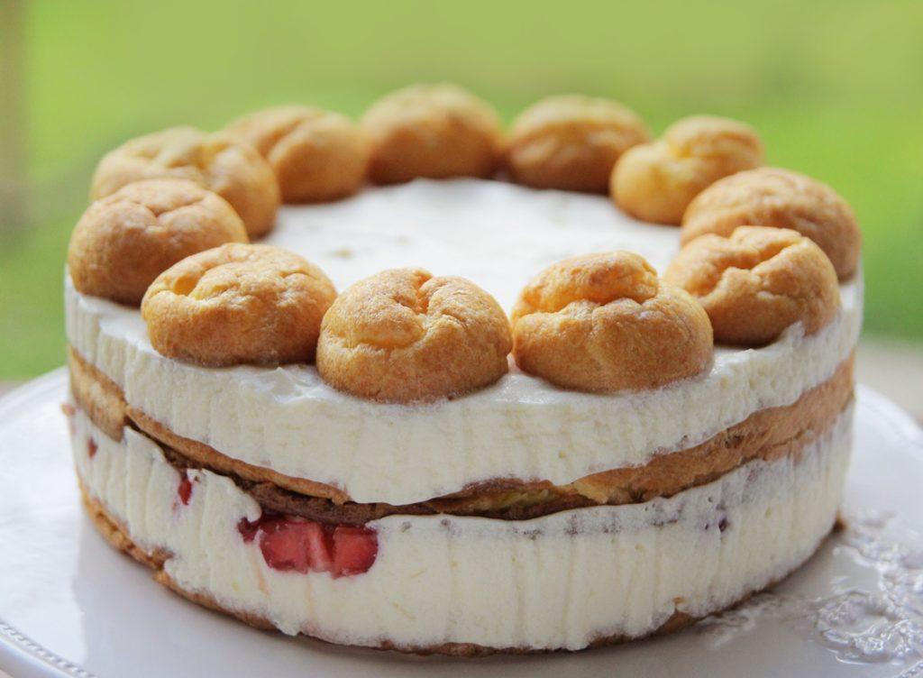 Asamblare Tort ecler cu căpșuni și ciocolată albă