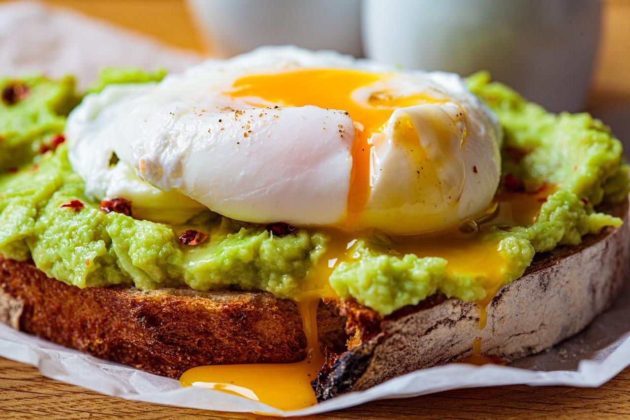 Avocado toast cu ou poșat pentru mic dejun