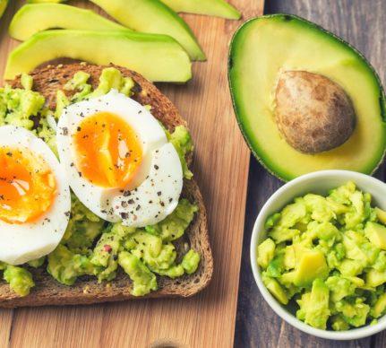 Avocado toast cu ouă pentru mic dejun