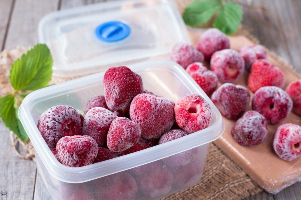 Căpșuni congelate în caserole