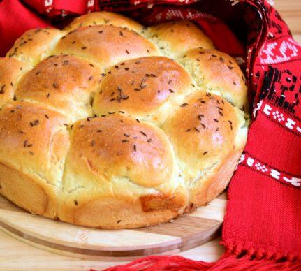 Pâine de casă umplută cu măsline și mozzarella, în formă rotundă
