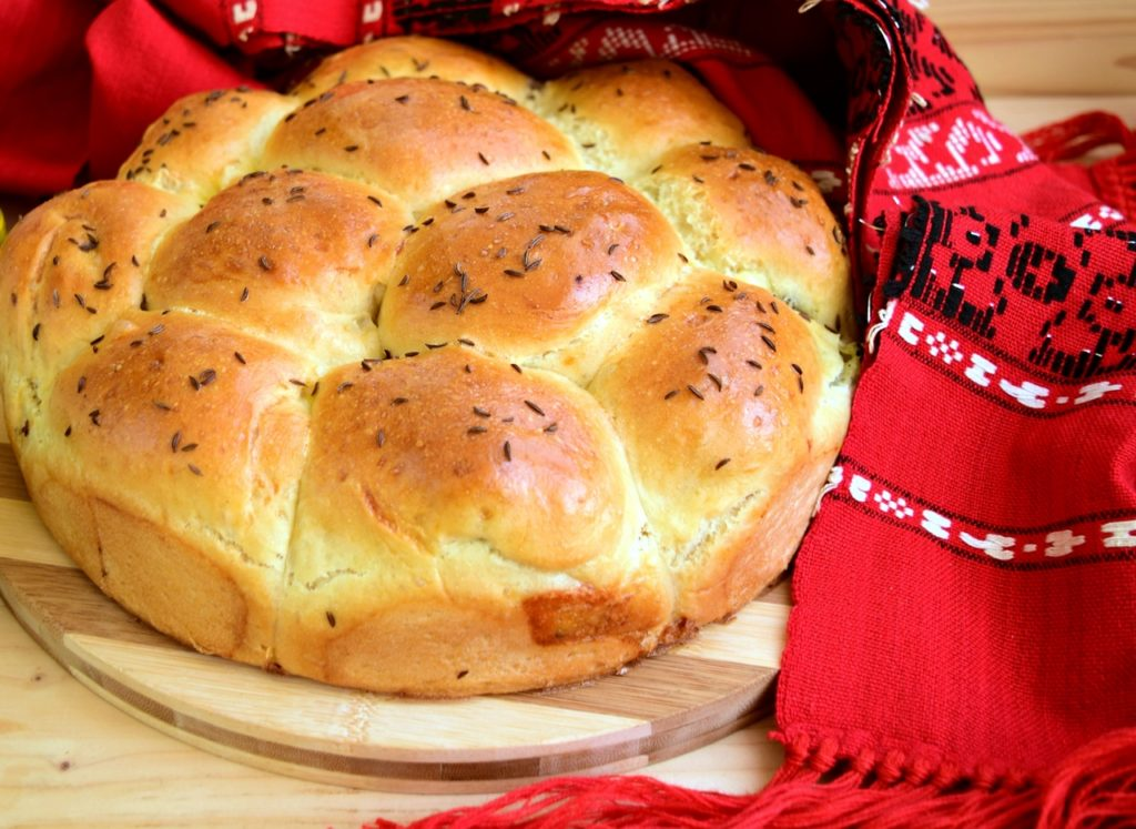 Pâine de casă umplută cu măsline și mozzarella, sub formă de chifle