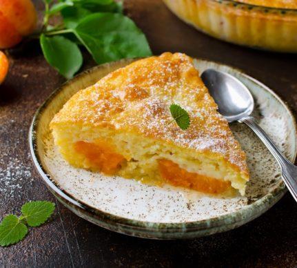 Porție de prăjitură cu caise și brânză de vaci
