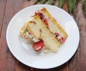 Porție de tort ecler cu căpșuni și ciocolată albă