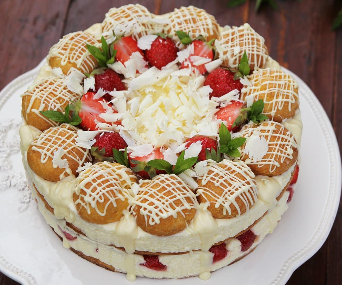 Tort ecler cu căpșuni și ciocolată albă