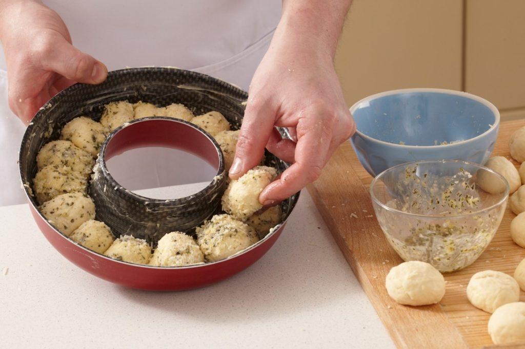 Pasul de asamblare Coroniță de pâine cu parmezan și rozmarin