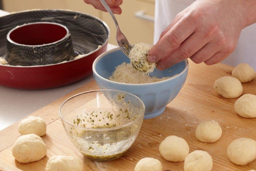 Coroniță de pâine cu parmezan și rozmarin, pasul de pudrare cu parmezan