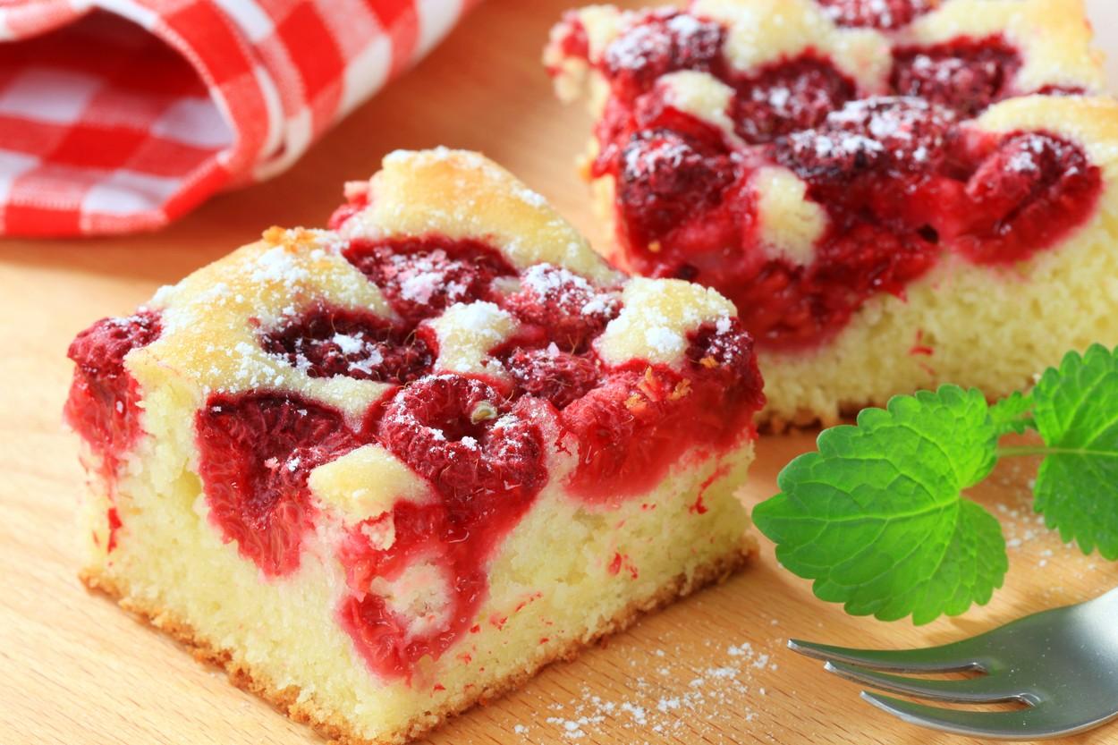 Două porții de prăjitură cu zmeură și iaurt în aluat